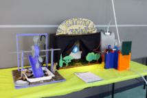 """""""Maquette de la centrale d'énergie renouvelable hydraulique à partir de déchets valorisés"""" (réalisée par la classe de 3°P)"""