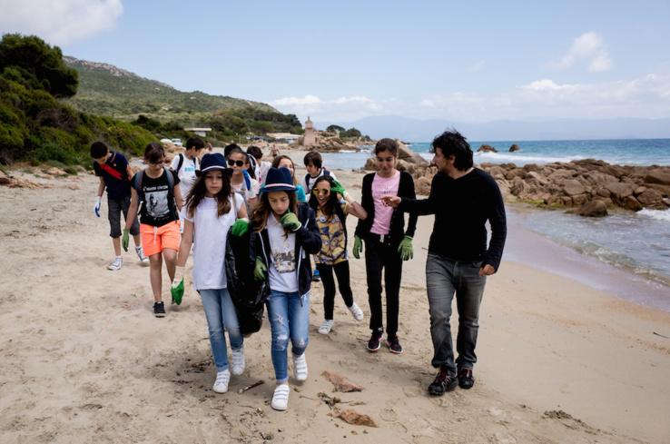Collecte des déchets sur une plage avec l'Office de l'Environnement de Corse