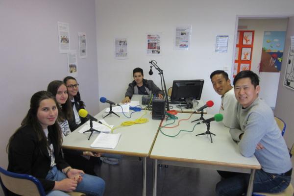 Les élèves de la webradio interrogent M. Sawai et M. Niimoto