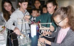 Les apprentis scientifiques étudient la digestion